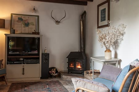 Sunny wing of country house/nr Bath - Chippenham - Apartment