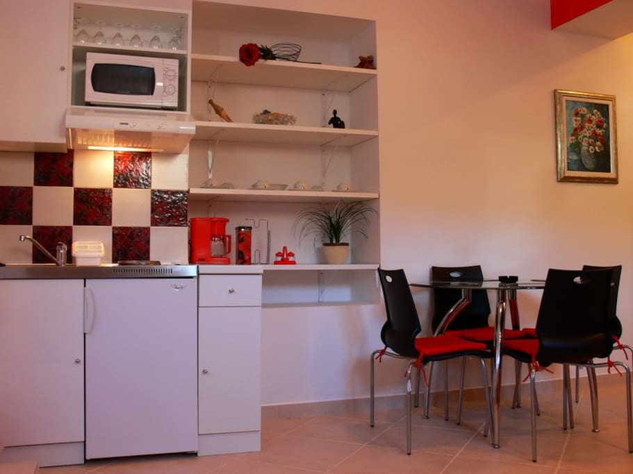 small but very well equiped kitchen & dining area