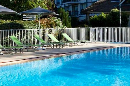 Apartments houses villas with a pool in le touquet airbnb for Piscine etaples