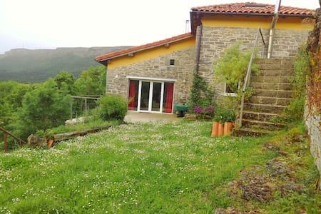 Casa de piedra: vistas, relax y entorno natural - House