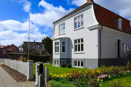 Charming bright basement apartment. - Nyborg - Villa