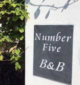 www.numberfivebedandbreakfast.co.uk - Wikt i opierunek