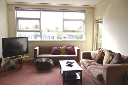 This homely, fully-furnished apartment in amazing loc/n 5min walk to trams/shops/cafes/supermarket & 10min walk to train station. Easy 20 min journey to city & close to beach. Balcony w' city skyline views,  queen bedroom & large living space