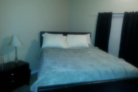 Private Guest Room - Longmont - Társasház