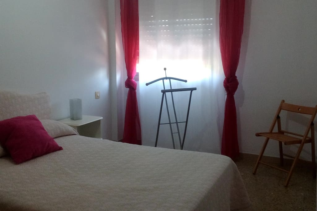 dormitorio con cama de 1,35, armario empotrado