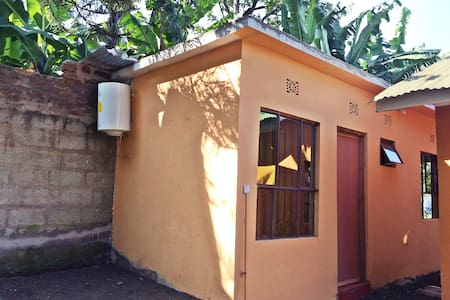 Private Room #1: Lovely Tanzanian Family Homestay - Haus