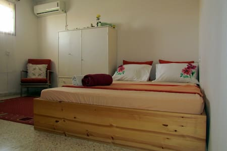 cozy  room, with ensuite bathroom in the village - Kfar Shmu'el - House