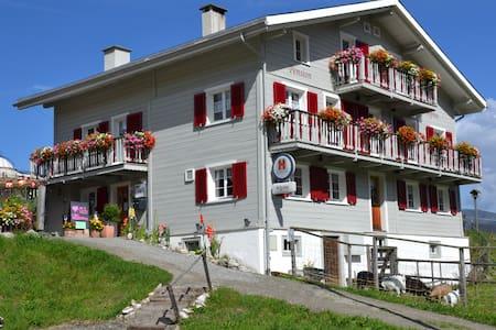 Uriges Gasthaus in den Bündner Bergen - Casa de huéspedes