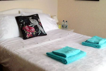 Comfy, quiet, double bedroom w/ television & wifi - Adosado