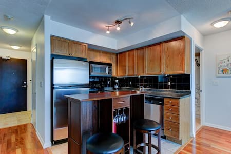 Sunny downtown 1-bedroom condo with free underground parking. Close to all major Toronto attractions, including Rogers Centre, CN tower,  Exhibition, Hockey Hall of Fame, Molson Canadian Amphitheatre, Ripley's Aquarium, Toronto Islands and more.