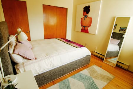 1 bedroom modern, cozy, & the view! - Vancouver - Lejlighed