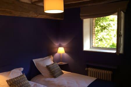 chambre bleue nichée dans nature - Écuillé