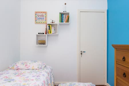 Single room in Gloria, a few meters from the subway station, with air conditioning for up to 2 people. In family apartment, family home for a couple with a young child, no pets.