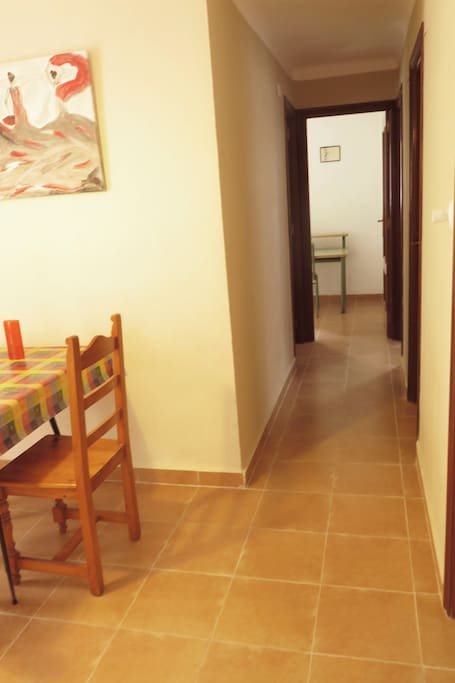 Desde  salón hay un amplio pasillo para acceder a 3 dormitorios
