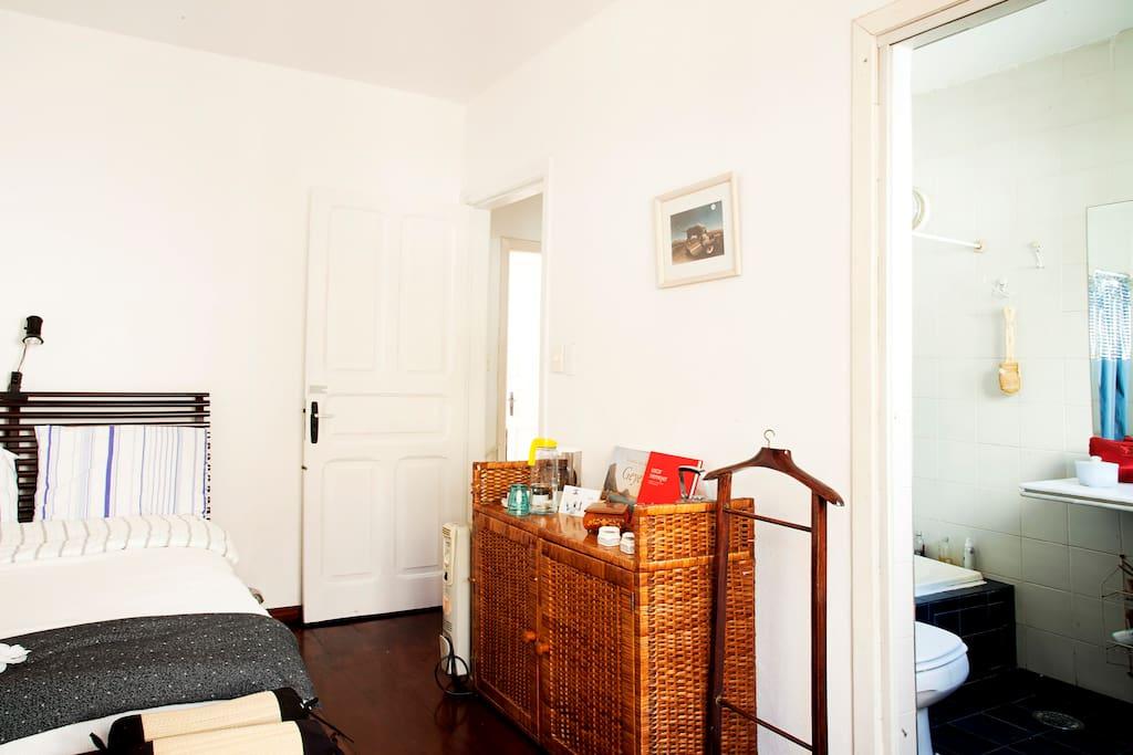 Seu quarto na suíte: uma cama de casal muito confortável com lençóis e fronhas de percal, que assimilam a temperatura ambiente, disponíveis.