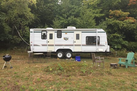 Gentlewomen's Farm in Foliage:  Camper Option - Winchester - Karavan
