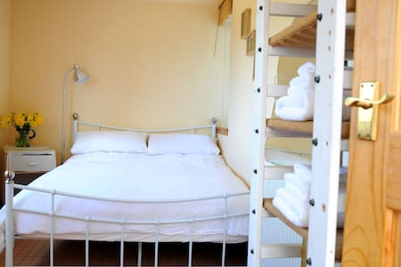 Peaceful Double Garden Bedroom - Eredine - Casa