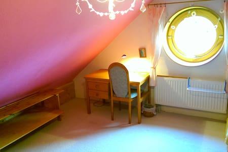 *Gemütliches Dachzimmer in Uninähe* - Casa