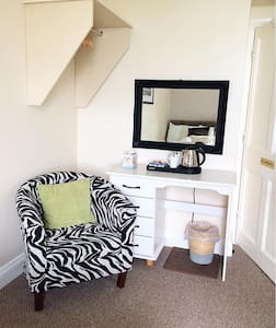 SEA SIDE bedroom for 3 ppl, close to everything - Lahinch