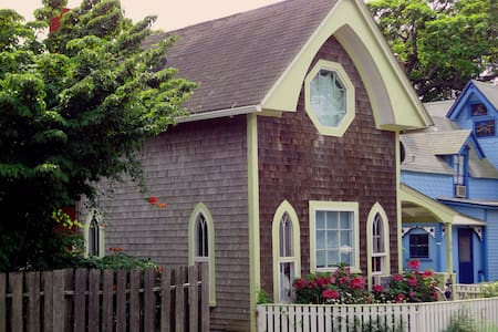 Walk to Town, By Beach, Top Floor - Oak Bluffs
