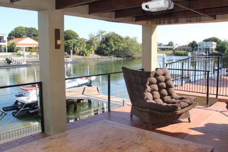 Riverfront home with swimming pool - Broadbeach Waters - House