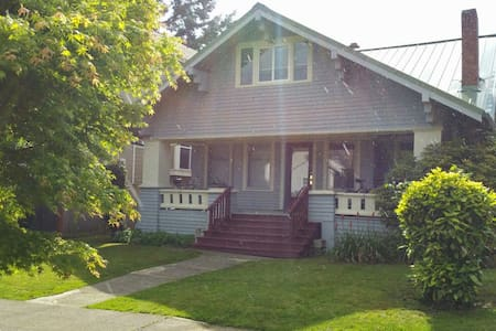 Graduate students Share this large craftsman home with fully furnished bedroom with great bicycle access throughout the University of Washington Green Lake park area. Laundry facilities washer and dryer $1 per load. There are many restaurants, grocery stores, and coffee shops within walking distance as well as Green Lake Park.