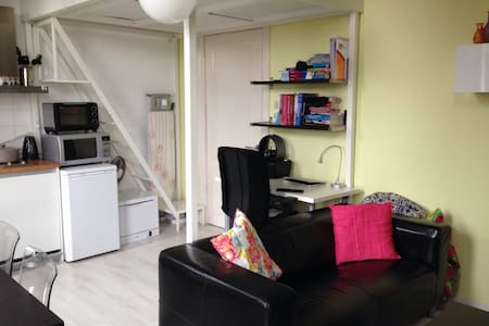 Nice apartment with private kitchen and bathroom nearby the center of Nijmegen. The apartment is located in a building with 15 apt in the cosy neighborhood Nijmegen-Oost, just a 5-minute walk from the city center. This apt is suitable for 2 persons, optional for 3 (aerobed present)