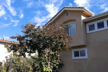 Bright & big room in upstairs - Monterey Park - Σπίτι