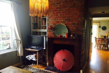 Large room in lovely Brunswick terrace - Brunswick - House