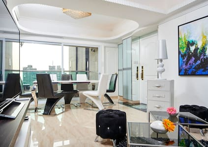 An amazing Ocean view Penthouse style apartment might be the sharpest apartment yet in KOWLOON. A melting pot of the modern West and the traditional Hong Kong style. When time comes to flick off the light, take time to admire the scenic window view.