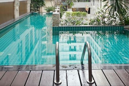 Corner Room+ Pool + BTS train - Bangkok - Apartment