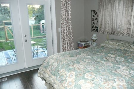 Private room with ensuite and separate entrance - Grand Forks - Casa