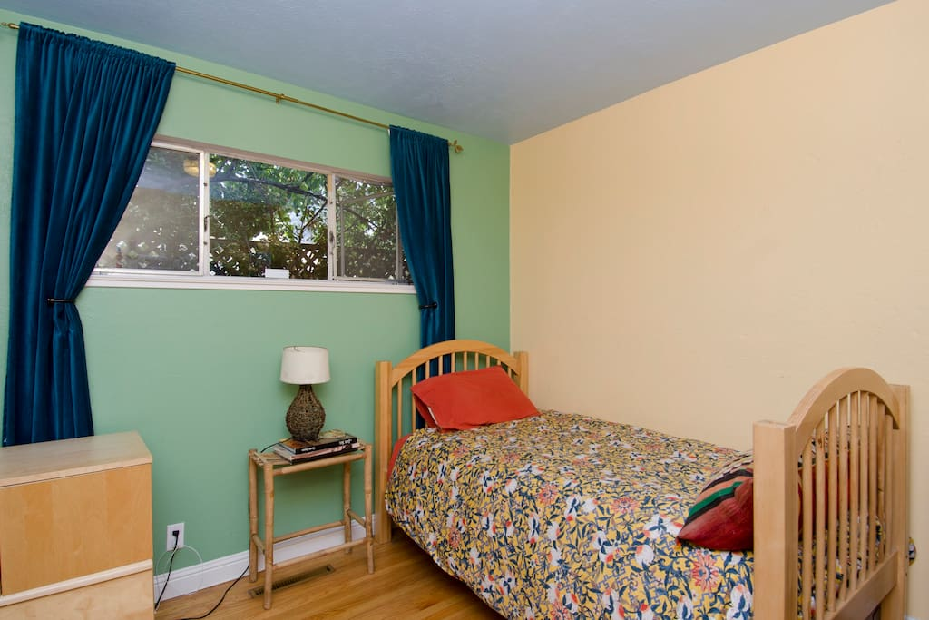 Cozy & Colofrul guest room.  It actualy has a brand new Queen bed, not a Twin, as shown in this photo.