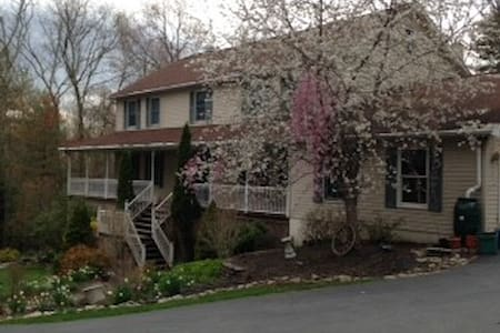 Very quiet upscale neighborhood - Stroudsburg - Talo