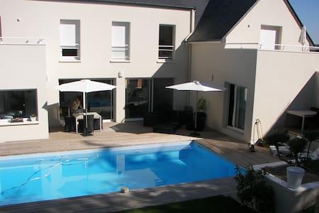 chambre de 15 m² avec salle d'eau - House