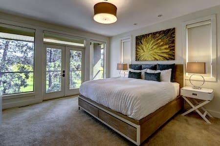 Exquisite master room at luxury B&B - West Kelowna - Bed & Breakfast