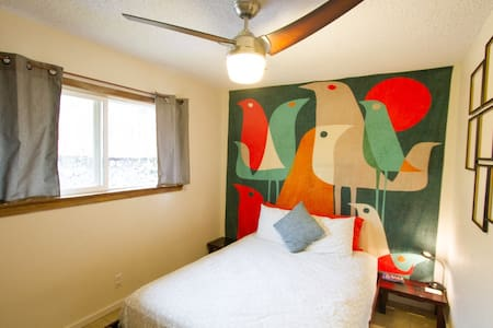 Cute Colorful Room in Central Kona