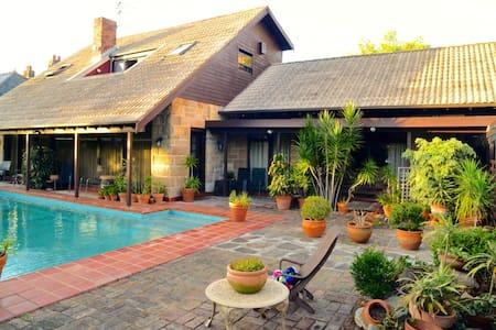 Gorgeous House With a Pool - Centennial Park