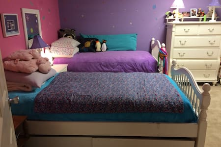Colorful and cozy 2 BR 1 BA - private access too! - Northport - House