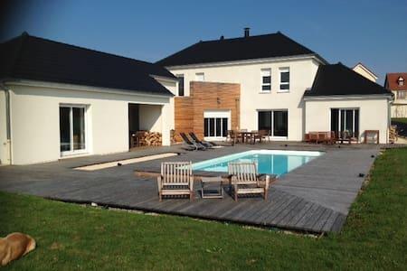 Villa avec Piscine pleine nature 10 min de Dijon - Villa