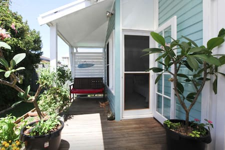 2 bdrm unit - Wifi, Bikes, surfboards, beach/shops - Apartment