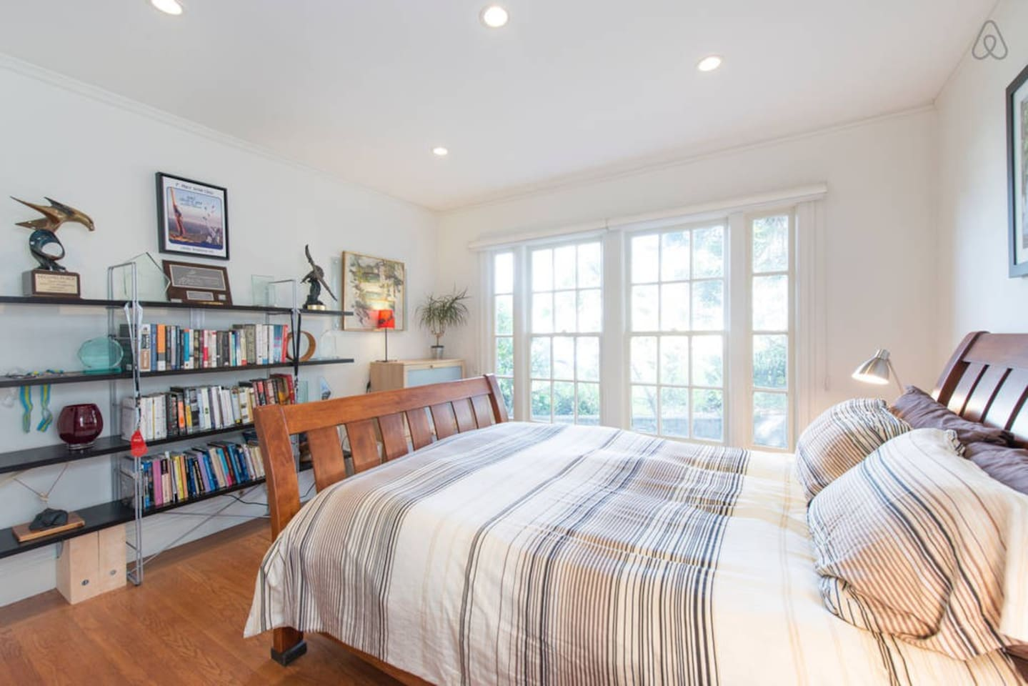 Guest bedroom with a queen sized bed
