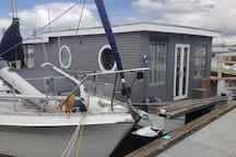 kurios schön Holz-Hausboot am Fjord