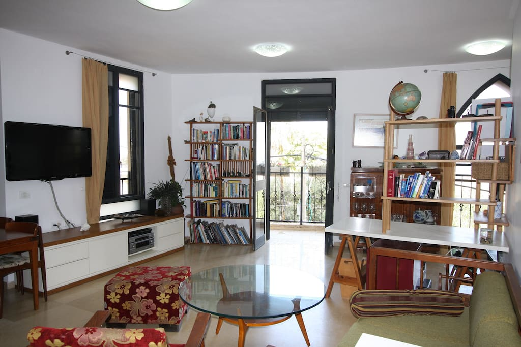 The living room with exit to the seaside balcony