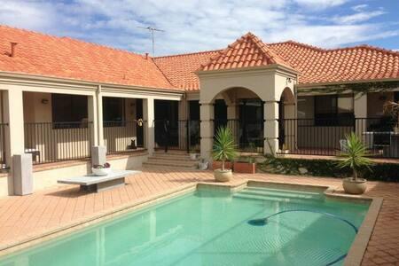 Luxury Beach Side Villa. - Hus