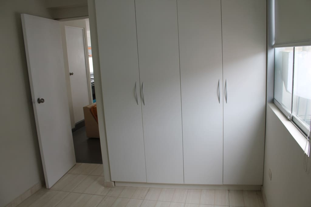 Closet amplio del dormitorio principal