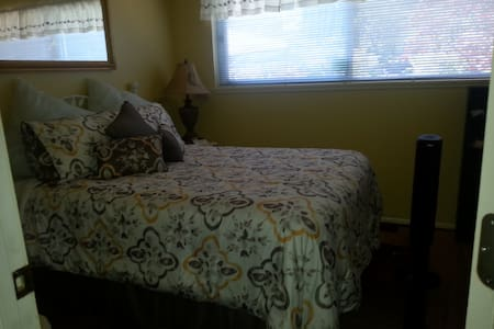 Guest Room 102  Cozy and Intimate with  Double Bed - Tacoma - Bed & Breakfast