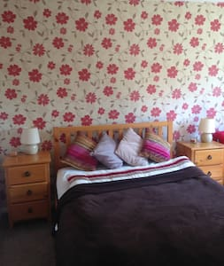 Large double bedroom with private bathroom. - Camberley - House