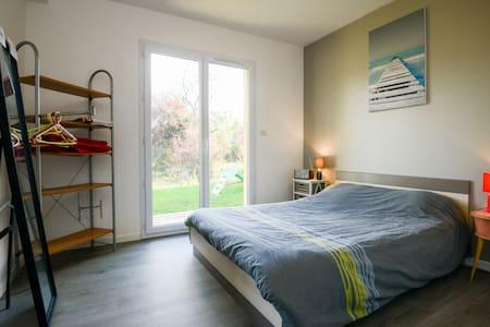 Chambre moderne dans un décor nature - Hus
