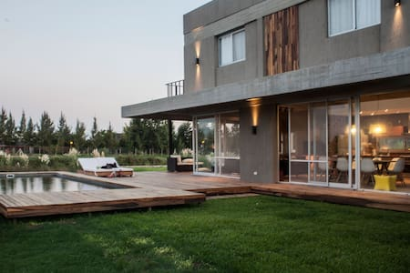 Luxurious New House in Tigre w Dock - Hus